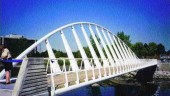 Tilting arch and shallow deck play a vital functional as well as an aesthetic role.