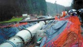 Installing the 1-km-long, stainless steel contacter pipe.