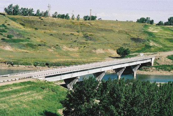Preserving the habitat on the river banks necessitated a 300-metre crossing of five spans, with modified ends.
