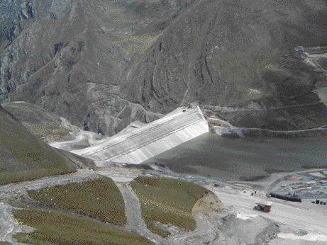 The 130-metre high dam. A 0.6 metre thick concrete plinth provides continuity between the grouted foundation and concrete face. A concrete curb system protects the steep upstream slope of filter.