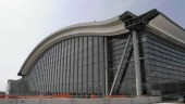 The building's curtain wall has thin structural elements to minimize the obstruction of daylight; expansion joints isolate the walls from the arched roof, which deflects under snow and wind loading.