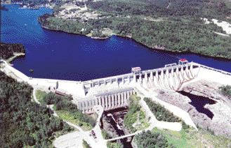 Aerial view of the 800-metre long dam on the Saguenay River. Work included rehabilitating the spillway gates and hoisting equipment, and adding a new access road.