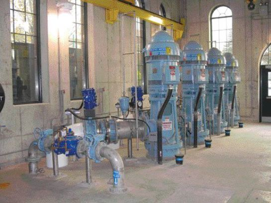 Low-lift and high-lift pumps. To reuse parts of the original building and maintain a compact building footprint, the engineers developed a process that involves membrane filtration and a gravity siphon.