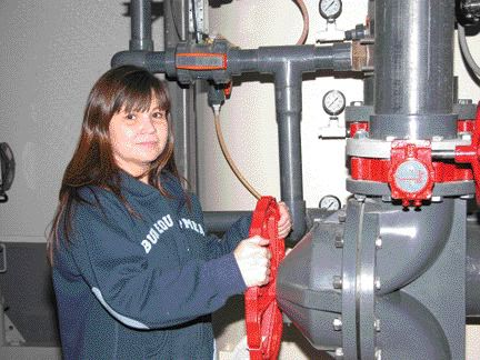 Senior operator, Roberta, adjusting plant process flow; the plant's operation is stable, robust, and easy for band members to operate.