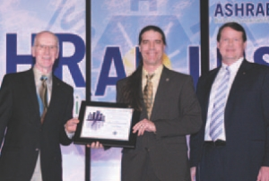 Martin Roy, ing. (centre) receiving his award from the American Society of Heating, Refrigerating and Air-Conditioning Engineers (ASHRAE) in Orlando, Florida.
