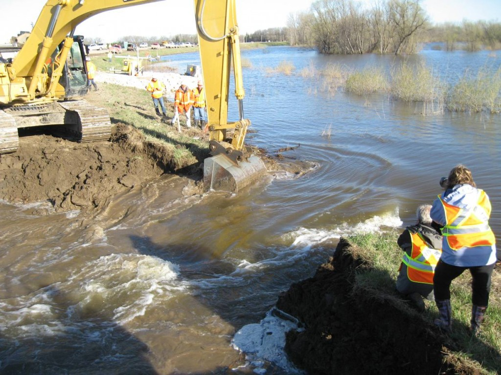 Emergency work on the 2011 Assiniboine River System flood in Manitoba. KGS Group won the Keystone award from ACEC-Manitoba for their role in averting catastrophe.