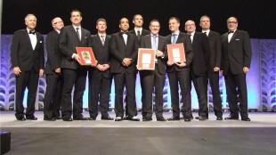 H5M/Hatch Mott MacDonald and MMM Group team receiving their award from ACEC-BC for the Port Mann/Highway 1 Improvement Onshore Works Project.