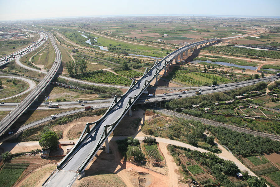 The Sant Boi Viaduct over the Llobregat River in Barcelona, Spain, carries a high-speed rail line. This 870-m long bridge has a clear identity and respects the natural environment with its visual simplicity. Engineering design: Juan Sobrino (EoR), Javier Jordan, Sergio Carratala, Agnes Curras and Ricardo Ferraz. Photo: ADIF